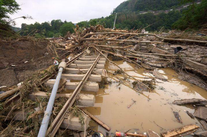 Bahngleise wurden in Altenahr vom Hochwasser unterspült