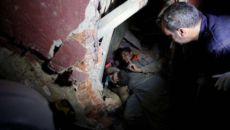 Libanesische Soldaten suchen unter den Trümmern der Häuser in Beirut nach Vermissten