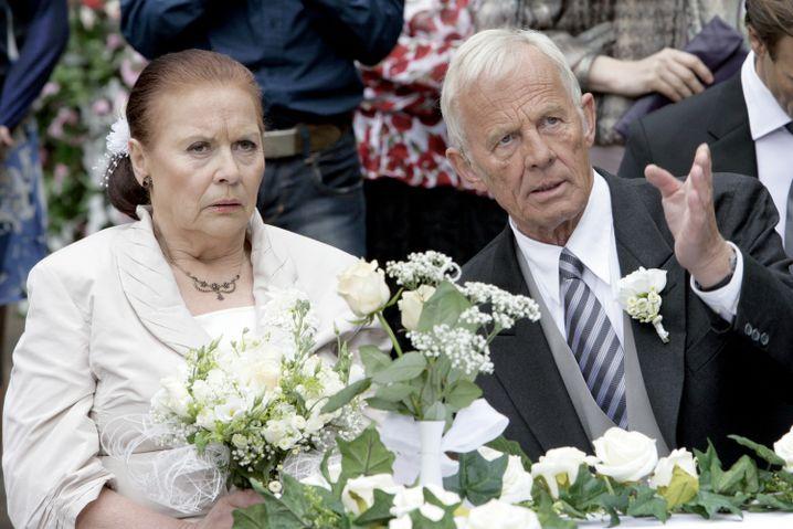 """Ursula Karusseit (als Charlotte) mit Rolf Becker bei """"In aller Freundschaft"""""""