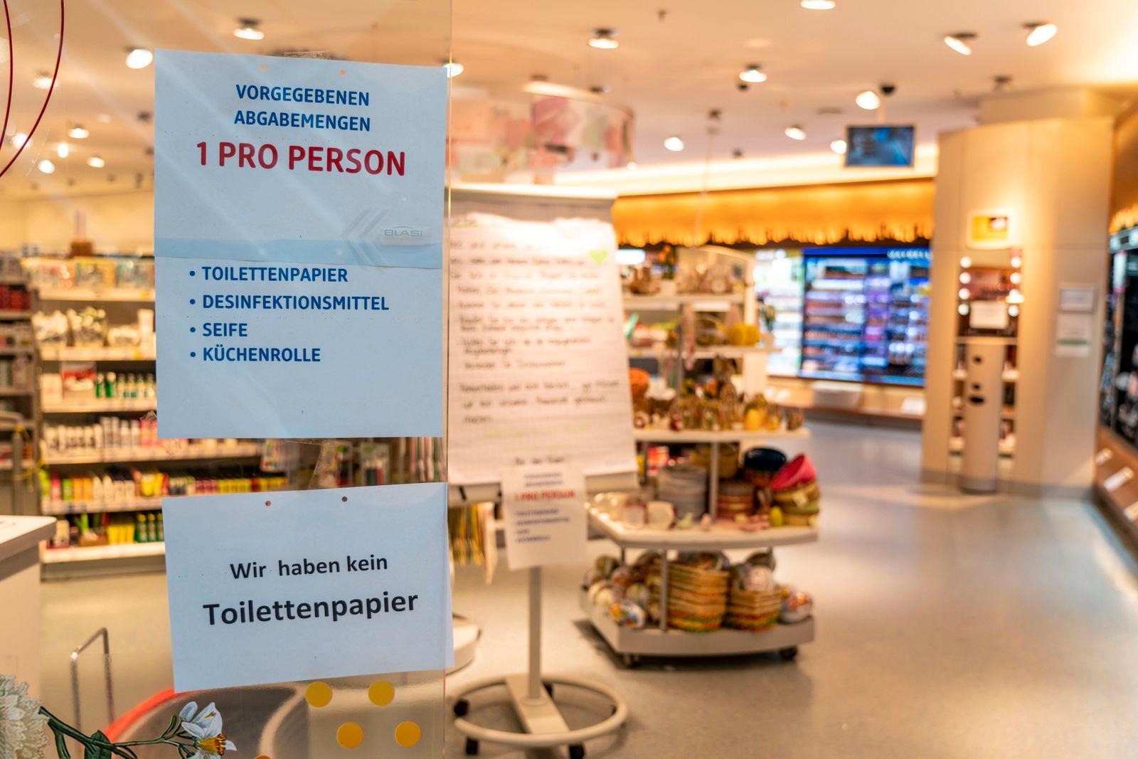 DM Drogeriemarkt, Hinweisschilder am Eingang, Kein Toilettenpapier, nur ein Hygiene Produkt pro Person, Auswirkungen der