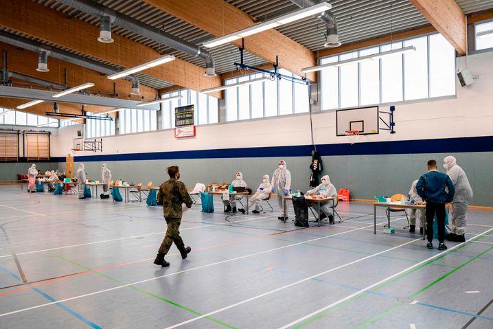 Schnelltest-Station in einer Sporthalle in Hildburghausen