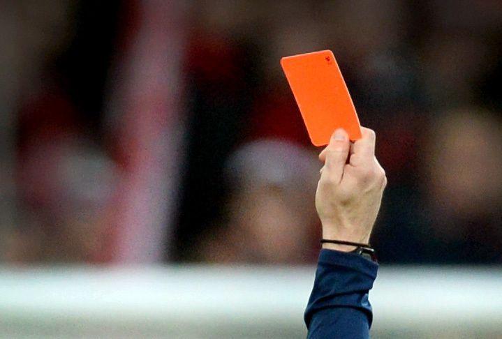 Schiedsrichter zeigt rote Karte