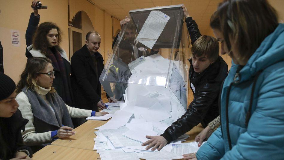 Wahlurne in Sankt Petersburg wird geleert