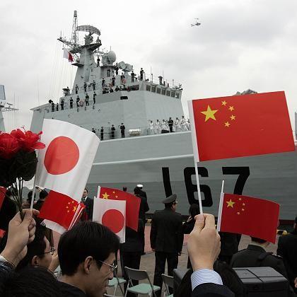 """Freundlicher Empfang: Das chinesische Kriegsschiff """"Shenzhen"""" legt im Tokioter Hafen an"""