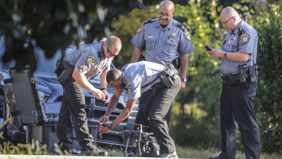Conyers im US-Bundesstaat Georgia: Polizisten bereiten einen Drohnenflug über den Tatort vor