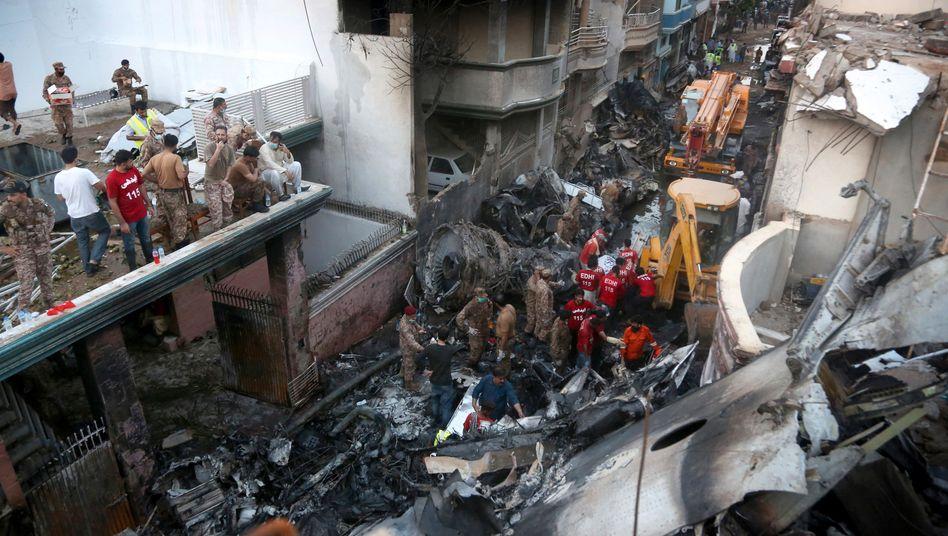 Unglücksstelle in der pakistanischen Großstadt Karatschi - es gibt offenbar Dutzende Todesopfer