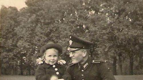 Von seinem Vater blieben Hans-Jürgen Brennecke nur wenige Fotos erhalten: Dieses zeigt ihn 1941 zusammen mit Hans-Jürgens damals vierjähriger Schwester im Hamburger Eichtalpark.