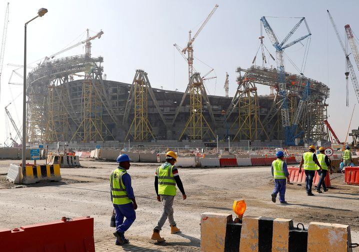 Arbeiter im Dezember 2019 vor der Stadionbaustelle in Doha, Katar