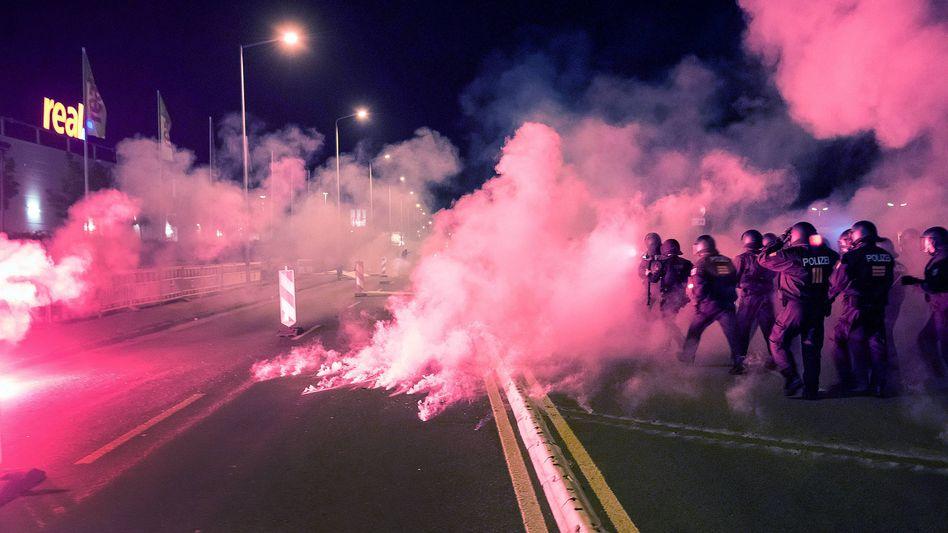 Polizeieinsatz wegen rechtsextremer Ausschreitungen in Sachsen (Archiv)