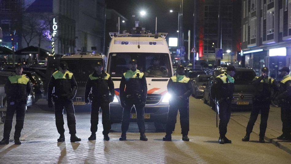 Polizisten versperren den Weg zum türkischen Konsulat in Rotterdam
