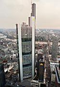 """Mit Antenne fast 300 Meter hoch: der """"Coba-Turm"""" in Frankfurt"""