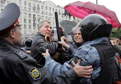 Festnahme in Moskau: Russische Polizisten verhaften Grünen-Politiker Volker Beck