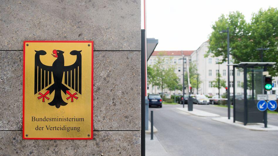 Zufahrt des Bundesministeriums der Verteidigung in Berlin (Archivbild): Enge Definition für Beratungsleistungen