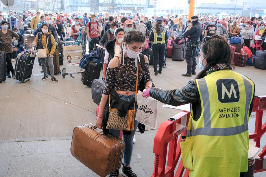 Per Charterflug zum Spargelstechen: Saisonarbeiter auf dem Weg nach Deutschland