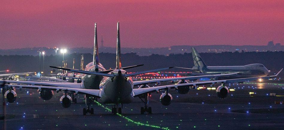 Geparkte Lufthansa-Flugzeuge auf dem Rollfeld des Flughafens Frankfurt am Main