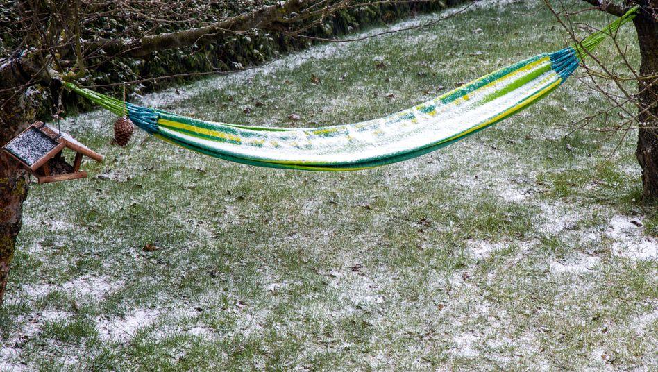 Schnee und Graupel auf einer Hängematte im Garten