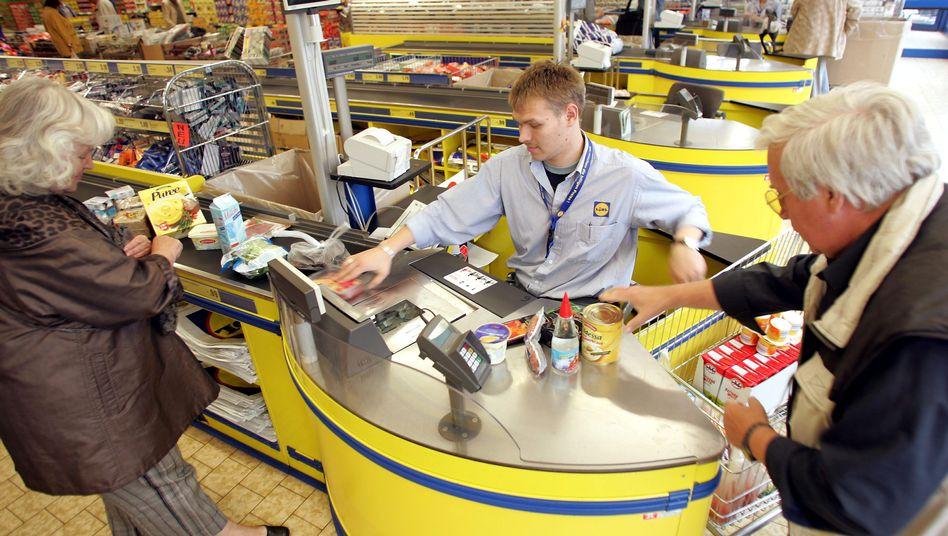 Lidl-Mitarbeiter, Kunden: Der Discounter plädiert für Mindestlöhne