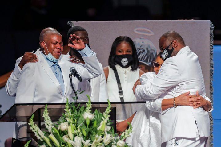 Weiß als Symbol für die Wiederauferstehung: George Floyds Familie bei der Trauerfeier