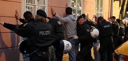Polizisten in Klagenfurt, deutsche Fans: 140 Anhänger festgesetzt