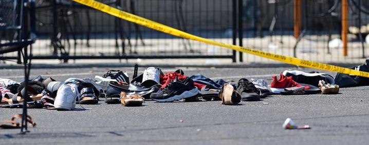 Schuhe am abgesperrten Tatort in Dayton