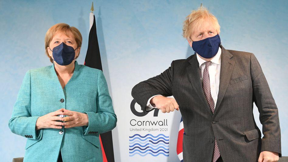 Harmonie, nicht immer ganz perfekt: Missglückter Gipfelgruß zwischen Angela Merkel und Boris Johnson