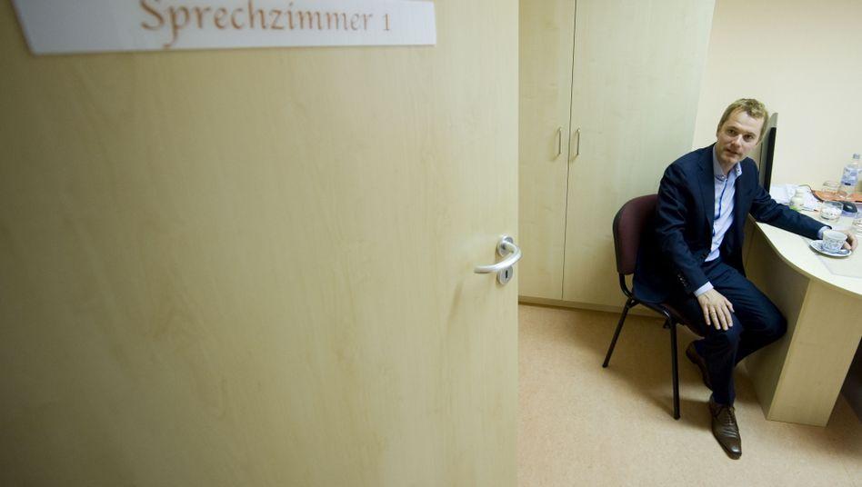 Gesundheitsminister Bahr (FDP) in Arztpraxis: Schwieriger Job im Mediziner-Minenfeld