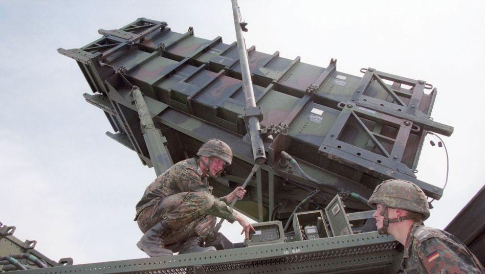 """Soldaten arbeiten an der Rampe eines """"Patriot""""-Systems (Archivbild): Hilfe für die Türkei"""