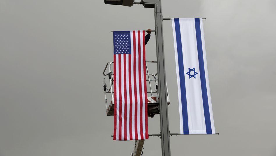 Flaggen der USA und Israel in Jerusalem