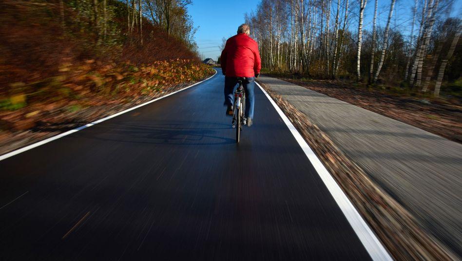 Ein Radfahrer auf einer sogenannten Fahrradautobahn