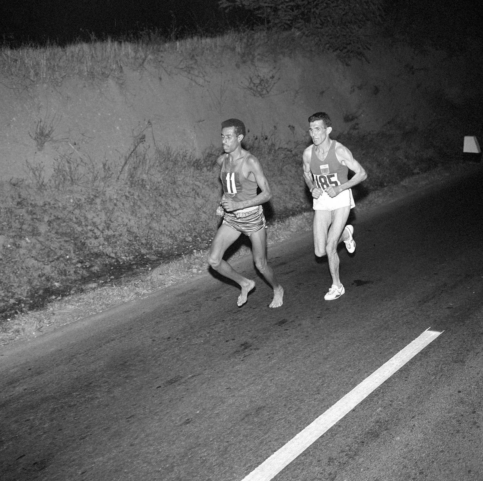 Rom 1960: Marathon; Abebe Bikila f¸hrt vor Rhadi