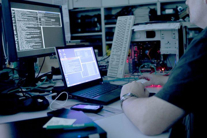 Hackerarme (Noch ein Symbolbild)