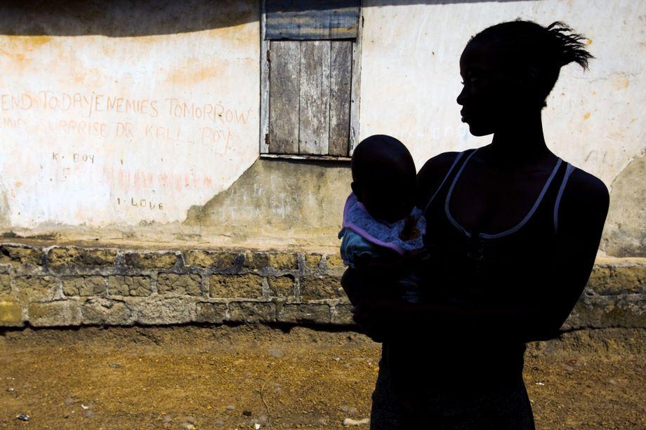 Leben am Limit: Eine 15-Jährige mit ihrem fünf Monate alten Kind in Sierra Leone