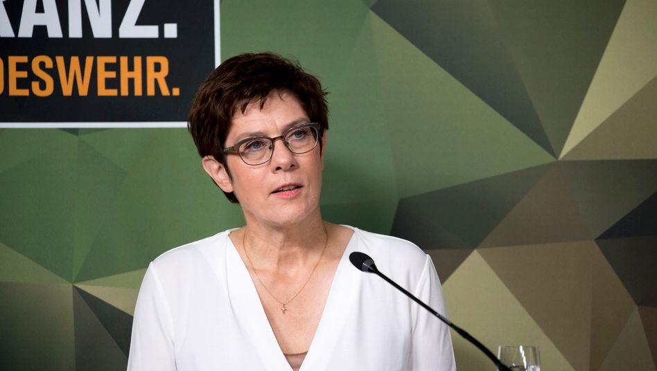 Verteidigungsministerin Kramp-Karrenbauer: Wer soll an die MAD-Spitze?