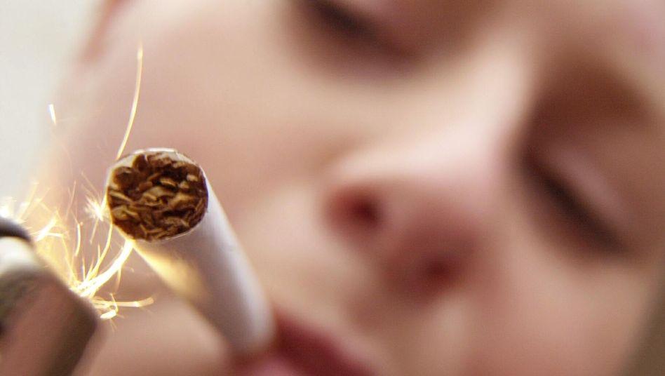 Junge Raucherin: Immer weniger Jugendliche greifen zur Zigarette
