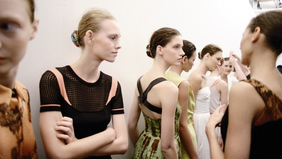 Models hinter der Bühne
