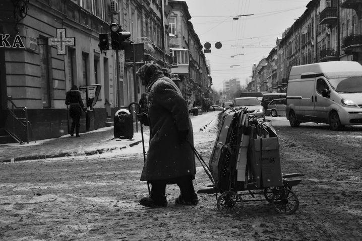 Verarmte Rentnerin in der Ukraine