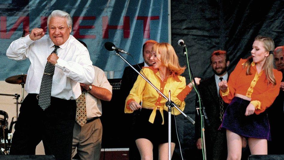 Beim Wahlkampfauftritt mit einer Popband 1996 im südrussischen Rostow am Don gibt sich Jelzin volksnah und vital.