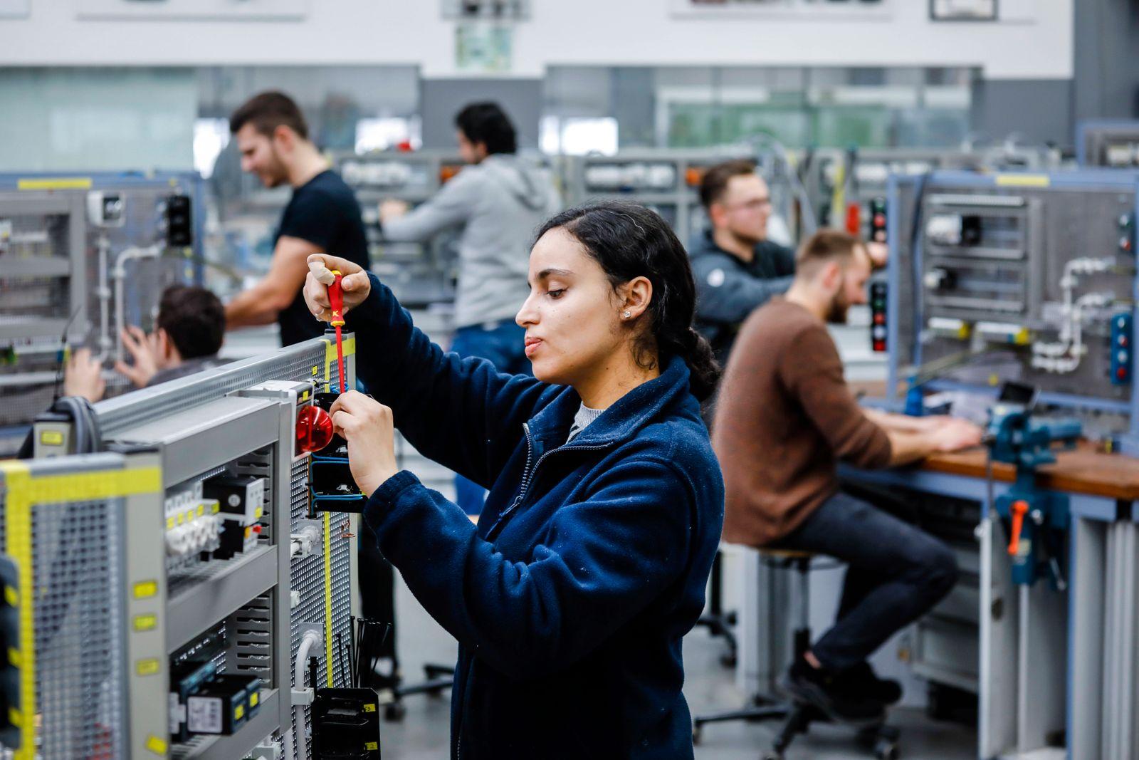 12.02.2020, Remscheid, Nordrhein-Westfalen, Deutschland - Auszubildende Frau in Elektroberufen, eine Industrieelektriker