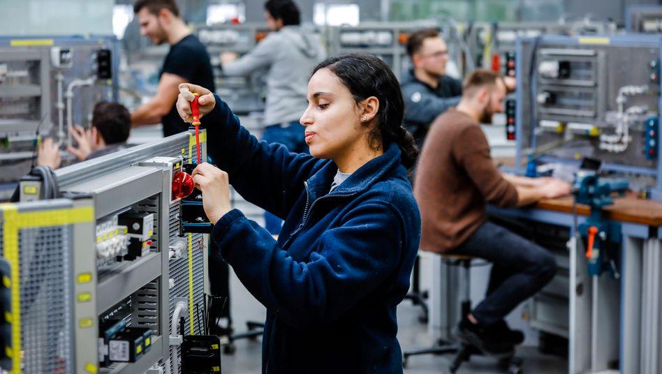 Wohin wird es mit der Berufsausbildung gehen? Angehende Industrieelektrikerin in Remscheid (Archivbild)
