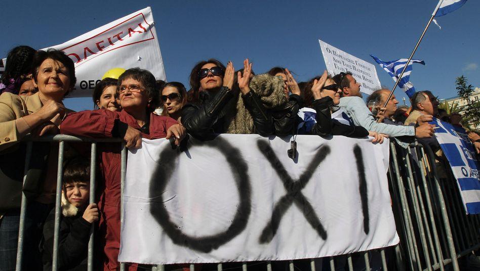 """Plakat bei Demonstration in Athen (Archivbild): """"Nein"""" zum Rettungspaket für Griechenland"""