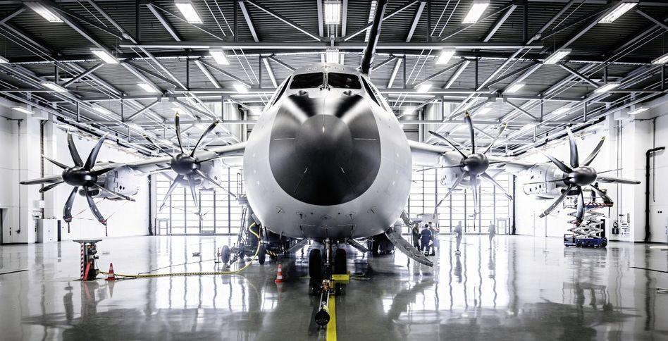 A400M der Bundeswehr im Hangar in Wunstorf