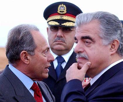 Lahoud, Hamdan, Hariri: Chief of the Republican Guard Mustafa Hamdan (C) stands between Lebanese President Emile Lahoud (L) and former Prime Minister Rafik al-Hariri