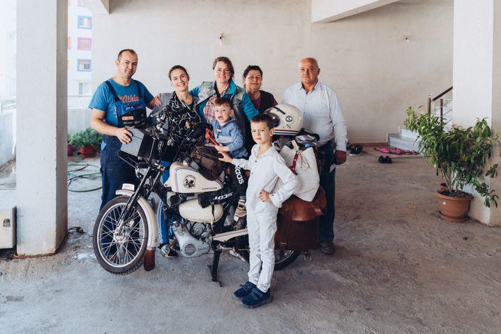 Haselwanter mit der Familie von Mandi und Fjogerta in Roskovec