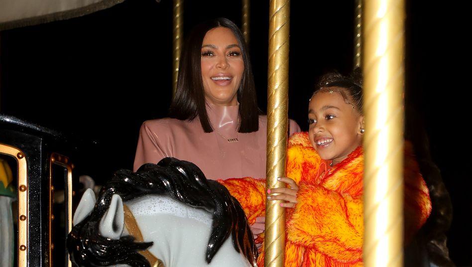 Pferde liegen ihr: North mit Mutter Kim Kardashian auf einem Rummel im März