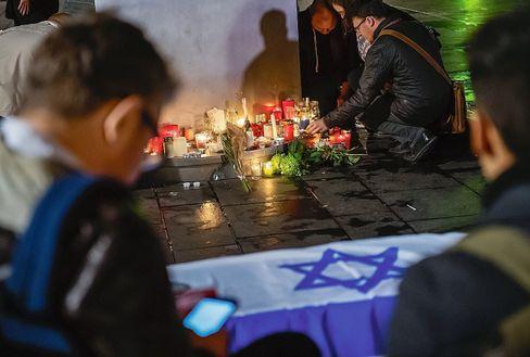 Trauernde am Marktplatz in Halle: Angriff beim Versöhnungsfest