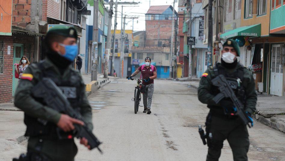 Polizisten kontrollieren die Ausgangssperre in Bogotá, Kolumbien (am 25. März)