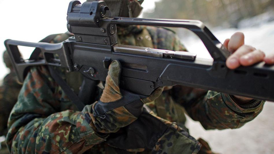 Bundeswehrsoldat mit G36-Sturmgewehr von Heckler & Koch (Archiv)