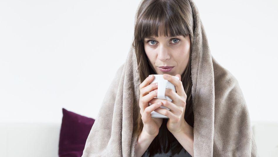 Nicht ohne mein Heißgetränk: Selbst im Sommer ist vielen Frauen im Büro kalt
