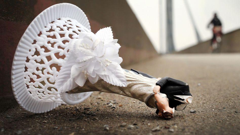 Zerbrochene Hochzeitsdeko: Das Glück hält nicht ewig