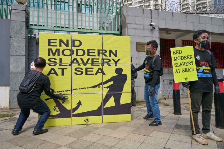 Zu 18 bis 22 Stunden Arbeit am Tag gezwungen: Protest vor der chinesischen Botschaft in Jakarta